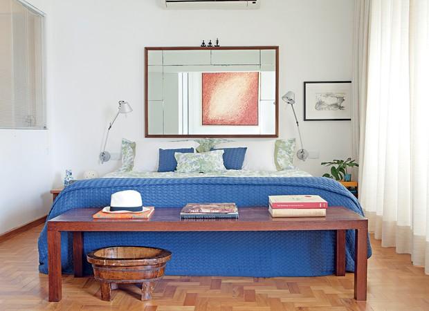 quarto-gil-fialho-espelho-azul-cabeceira-piso-de-taco-neutro (Foto: Lufe Gomes/Editora Globo)