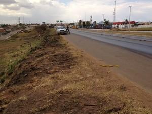 No km 99, há desnível no acostamento (Foto: Fernanda Borges/G1)