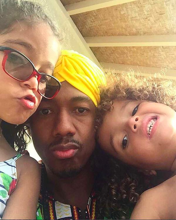 O cantor e ator Nick Cannon com seus dois filhos com a cantora Mariah Carey (Foto: Instagram)