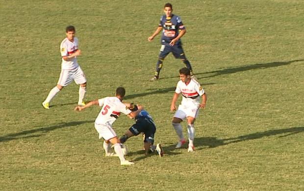 Lance de Botafogo-SP x São Carlos (Foto: Reprodução EPTV)