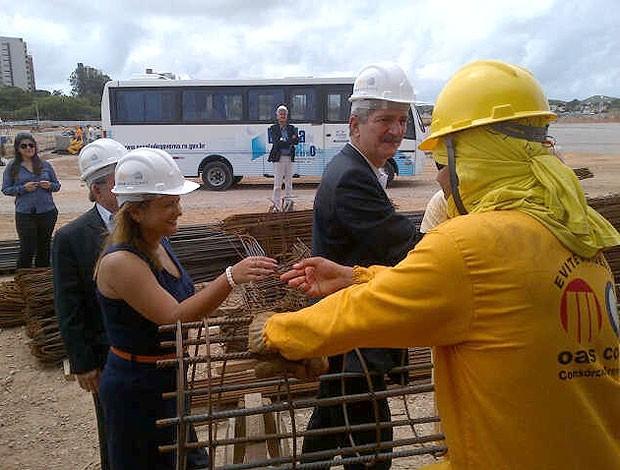 Aldo Rebelo em visita a arena das Dunas (Foto: Reprodução / Twitter)