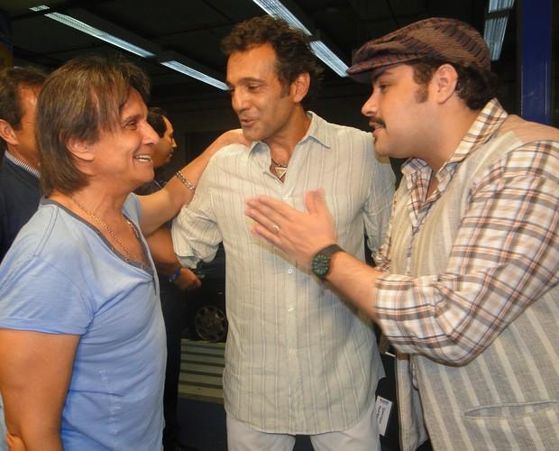 Abravanel chama Domingos Montagner para posar para foto com rei (Foto: Domingão do Faustão / TV Globo)