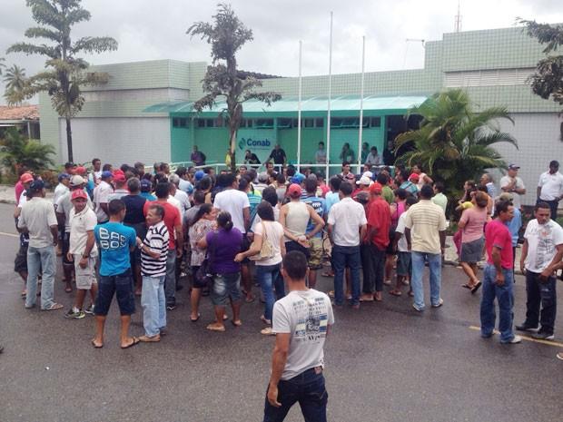 Agricultores se concentraram na entrada da Conab, em João Pessoa (Foto: Walter Paparazzo/G1)