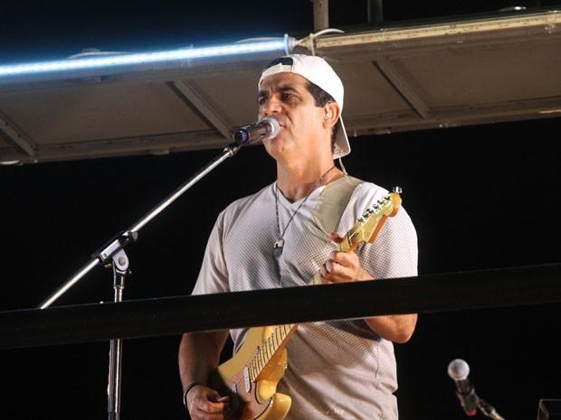 Durval Lelis faz homenagem aos machões com o hit 'Minha mulher não deixa não' (Foto: Edgar de Souza/G1)