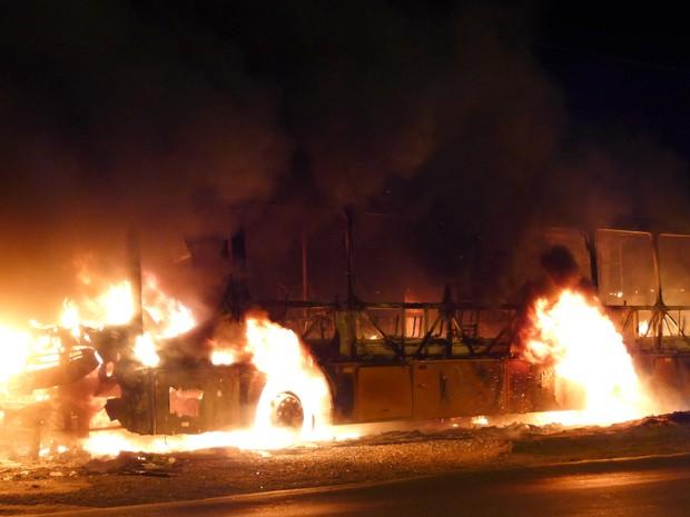 Sete ônibus foram incendiados em São Luís. (Foto: César Hipólito/TV Mirante)