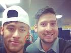 Neymar atende fã em aeroporto antes de embarcar com Bruna Marquezine
