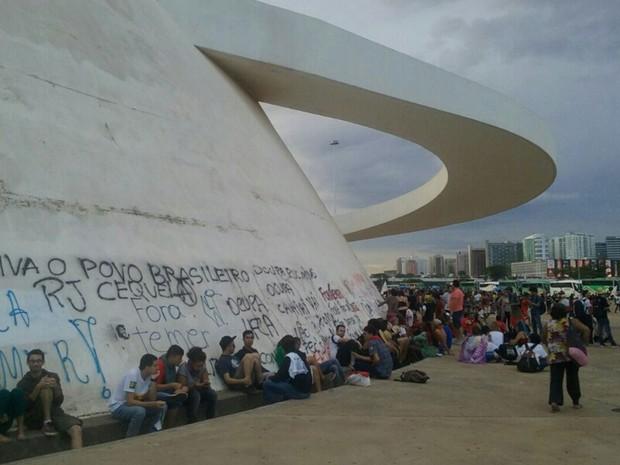 Pichações no Museu Nacional de Brasília durante protesto contra a PEC que limita o teto de gastos nesta terça-feira (29) (Foto: Luiza Garonce/G1)