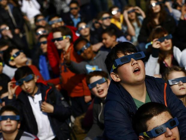 Alunos de escola em Frankfurt com óculos especial para visualizar o eclipse solar desta sexta-feira (20) (Foto: Kai Pfaffenbach/Reuters)