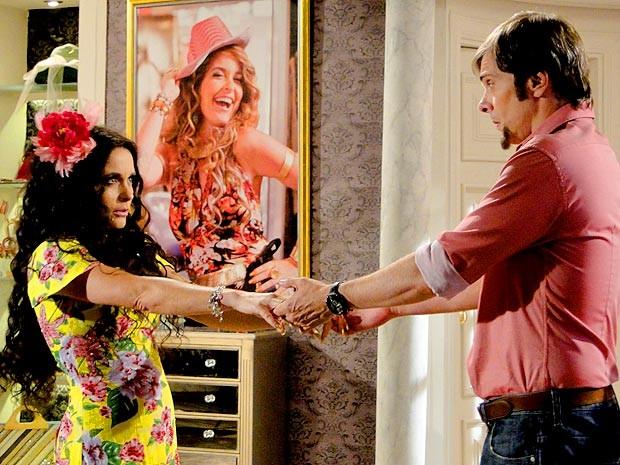 Chayene encarna Gabriela para seduzir Laércio (Foto: Cheias de Charme / TV Globo)