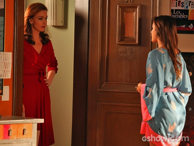 Helena chega na casa de Luiza para acertar as contas (Foto: Pedro Curi/ TV Globo)