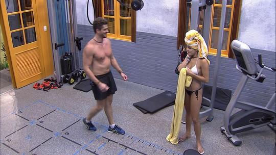Emilly ajuda Marcos com exercícios na academia do BBB