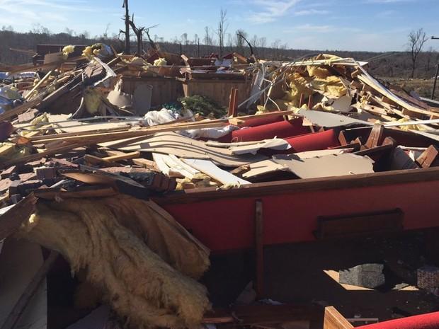 Escombros na igreja Beverly Chapel CME são vistos após um tornado que atingiu Holly Springs, no Mississippi, na quinta (24) (Foto: Reuters/National Weather Service Memphis/Handout via Reuters)