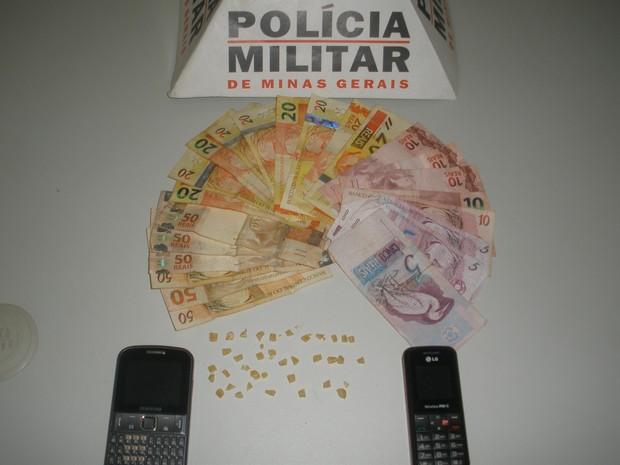 As pequenas pedras de crack estavam dentro de um maço de cigarros no sutiã de uma mulher. (Foto: Divulgação/Polícia Militar)