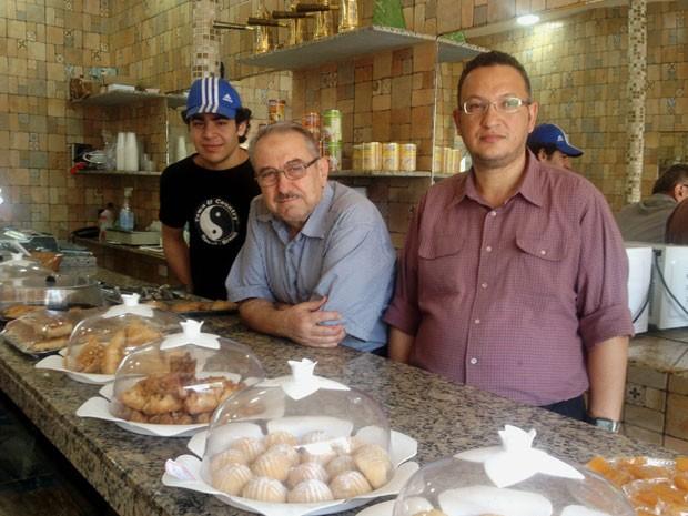 Da esq. para a dir.: Tarik Balbke, Said Mourad e Saleem Zafary na doceria Damascus, em Pinheiros (Foto: Flávia Mantovani/G1)