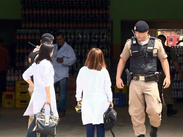 Distribuidora foi interditada pela Vigilância Sanitária em Pouso Alegre (MG) (Foto: Reprodução EPTV)