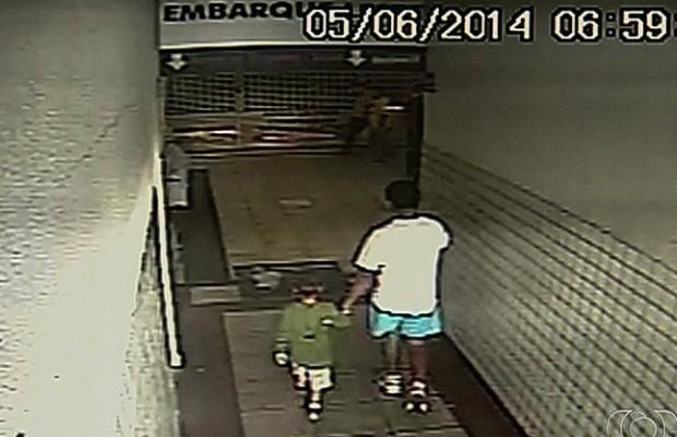 Garoto de 4 anos é sequestrado na rodoviária de Goiânia Goiás; veja vídeo (Foto: Reprodução/TV Anhanguera)