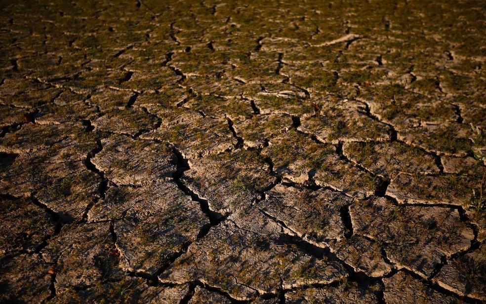 Foto de outubro de 2016 mostra solo seco do Lago Purdy, em Birmingham, Alabama, nos Estados Unidos  (Foto: AP Photo/Brynn Anderson, File)