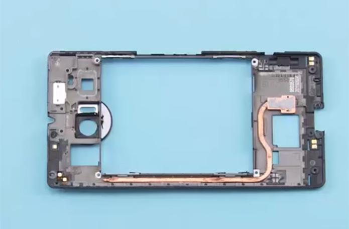 Completamente desmontado, o Lumia 950 XL revela o circuito de circulação de água, feito de cobre. Área grande à direita fica sobre o processador. Extremidade à esquerda, distante do calor, é responsável por condensar o vapor (Foto: Reprodução/Kaption LAB)