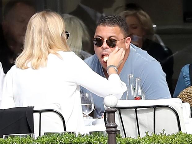 Ronaldo Fenômeno e a namorada, Celina Locks, em Paris, na França (Foto: Grosby Group/ Agência)