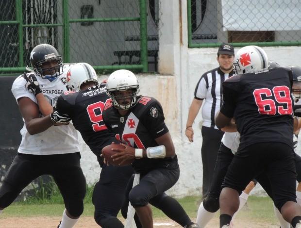 Harrison carrega a bola, enquanto é protegido pelos companheiros do Vasco da Gama (Foto: SidelineBrasil)