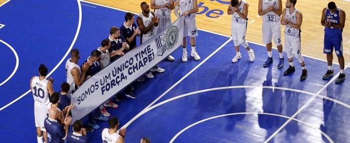 Minas x Pinheiros NBB - homenagem Chapecoense basquete (Foto: Orlando Bento/MTC)