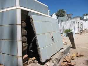 Sepultura aberta contribui para proliferação de bactérias em áreas do cemitério (Foto: Waldson Costa/G1)