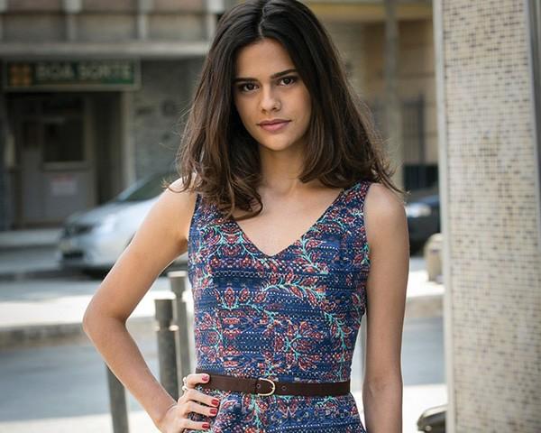 Arianne caracterizada como Aline, a secretária de Mágnolia (Foto: Reprodução/GShow)
