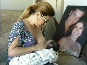 Para a avó, amamentar o neto aumentou o laço materno  (Foto: Reprodução / RBS TV )