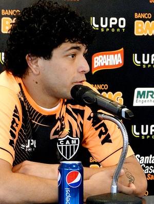 Luan na coletiva do Atlético-MG (Foto: Gabriel Medeiros)