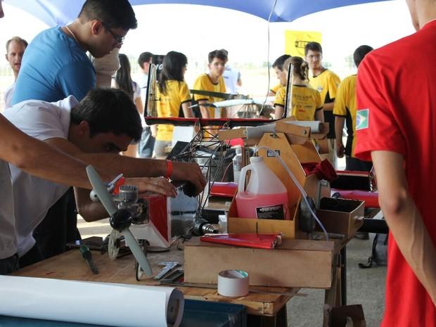 Participantes da competição devem projetar e construir aeromodelos (Foto: Rodolpho Henrique / Arquivo Pessoal)