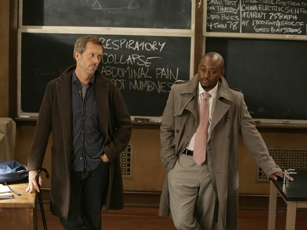 Hugh Laurie e Omar Epps, que interpretam House e Foreman, respectivamente, em imagem da série 'House' (Foto: AFP)