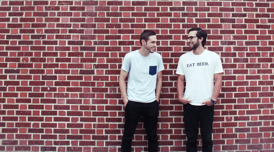 Jordan Schwartz e Daniel Kurzrock , fundadores da ReGrained, que usa resíduos da produção de cerveja para criar barras de cereal (Foto: Divulgação)