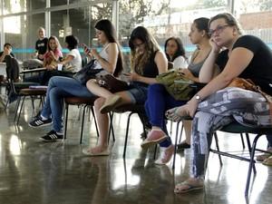 Algumas estudantes esperam mais de duas horas pelo atendimento (Foto: Fabio Rodrigues/G1)