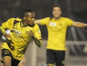 Luis Quinones comemora gol do Itaguí contra o coritiba (Foto: Agência EFE)