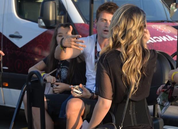 Larissa Manoela pegou carona em carrinho de golfe ao lado de Ivana Coelho e Rafael Licks (Foto: William Oda/AgNews)