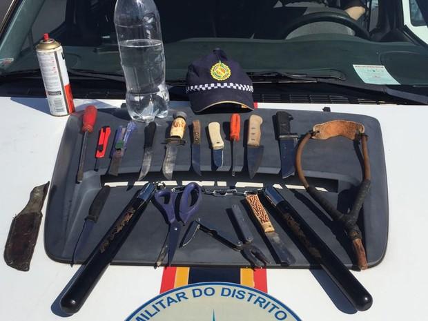 Facas, estiletes, estilingue, tesoura e outros itens apreendidos por policiais militares no desfile de 7 de Setembro em Brasília (Foto: Polícia Militar/Divulgação)