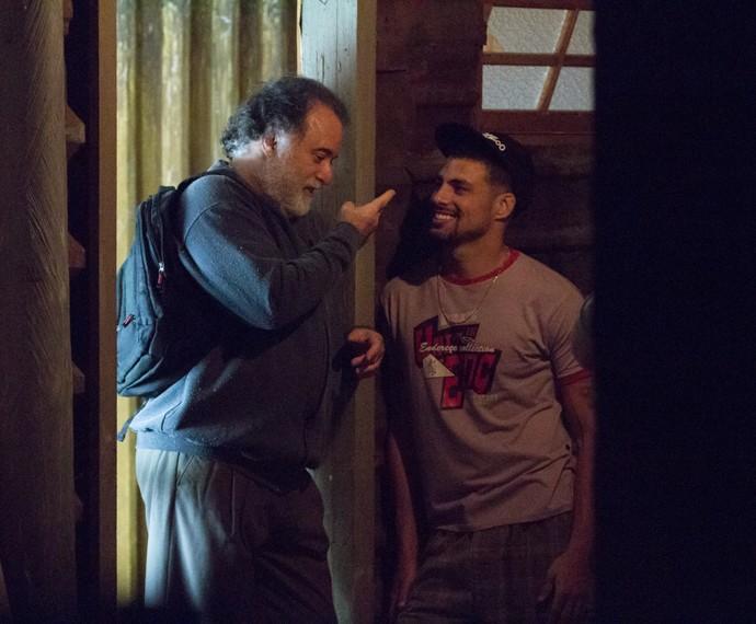 Gentleman! Tony Ramos e Cauã Reymond se divertem entre uma cena e outra de seus personagens Zé Maria e Juliano. Na novela, eles são pai e filho (Foto: Fabiano Battaglin/ Gshow)