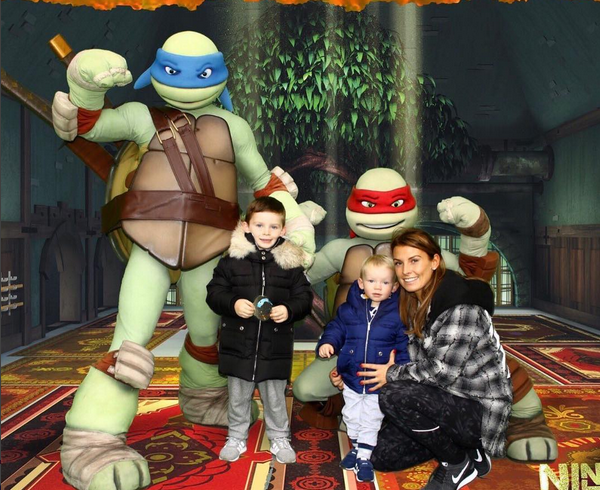 A esposa do jogador de futebol inglês Wayne Rooney, Coleen, com os filhos do casal (Foto: Instagram)