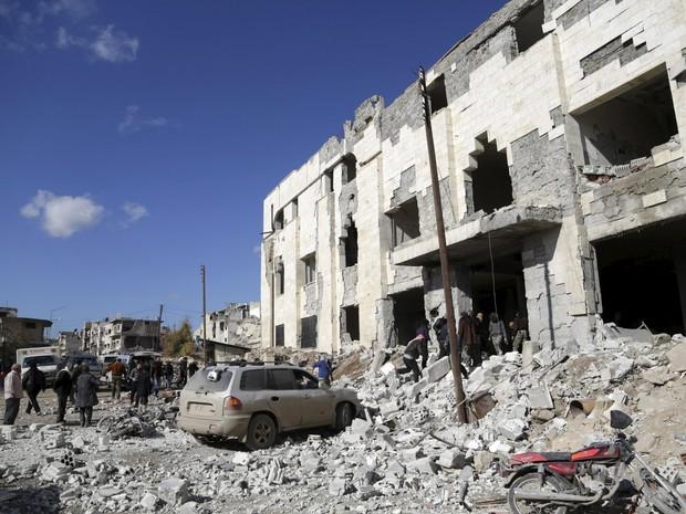 Moradores procuram por sobreviventes em local atingido por um bombardeio russo em área controlada por rebeldes na cidade de Idlib, na Síria (Foto: Khalil Ashawi/Reuters)