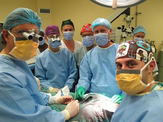 Cirurgiões são vistos durante cirurgia de transplante de pênis realizada em dezembro na África do Sul (Foto: Divulgação/Stellenbosch University)