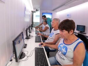 Idosos aprendem a mexer no Windonws e internet (Foto: Divulgação)