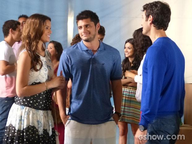 Os jovens conversam na maior animação com o flautista (Foto: Em Família/TV Globo)