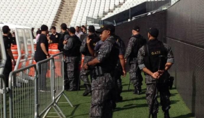 Membros dos esquadrões anti-bomba do Exército Brasileiro, da Polícia Federal e da Polícia Militar fazem uma vistoria na Arena Corinthians (Foto: Marcelo Braga)