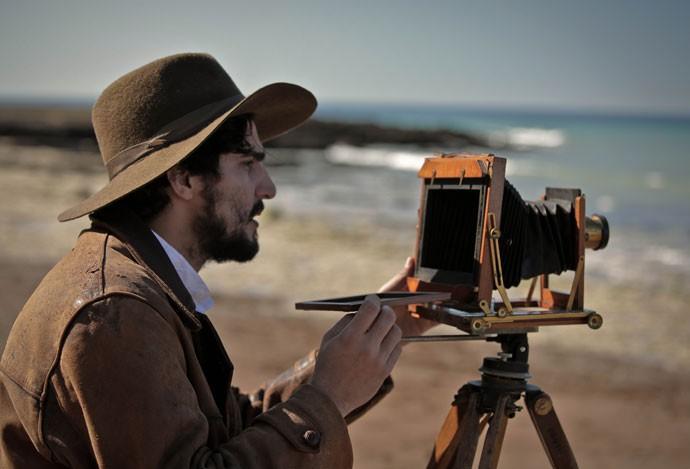 Renato Góes nos bastidores das gravações com uma máquina fotográfica de época (Foto: Gabriel Nascimento/Gshow)