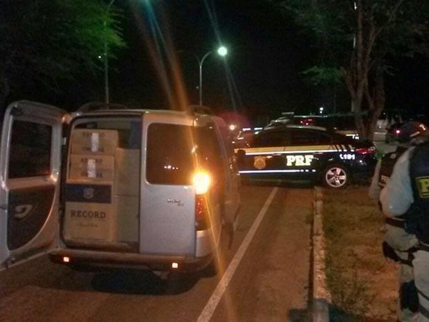 Apreensão de 20 mil maços de cigarros aconteceu na noite de sábado (9) (Foto: Divulgação/Polícia Rodoviária Federal)