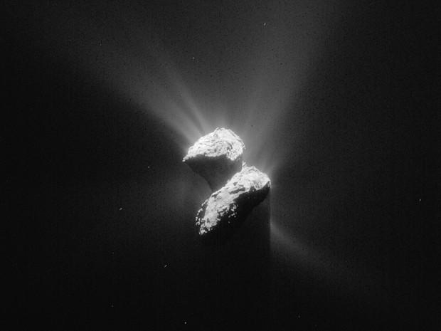 Imagem divulgada pela Agência Espacial Europeia em 12 de junho mostra o cometa 67P/Churyumov-Gerasimenko pelas lentes da Sonda Rosetta (Foto: ESA/Rosetta/NavCam )
