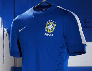 Confira detalhes do uniforme azul, que ganhou listra branca na manga (Divulgao)
