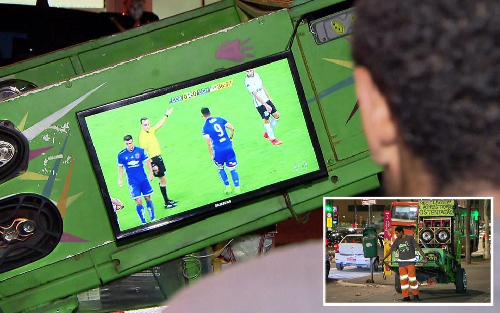 Dá para assistir jogo de futebol no carrinho de sucata do catador (Foto: TV Globo/Reprodução)