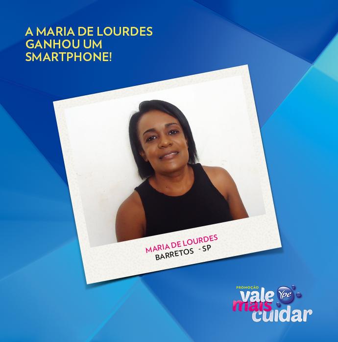 Maria de Lourdes está toda feliz com o smartphone (Foto: Divulgação)