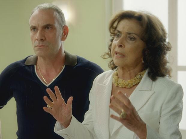 Madalena fica do lado do filho Fernando e tenta apazigar confusão (Foto: Boogie Oogie/TV Globo)